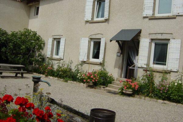 l'aile droite de la ferme avec la petite maison et ses chambres d'hôtes